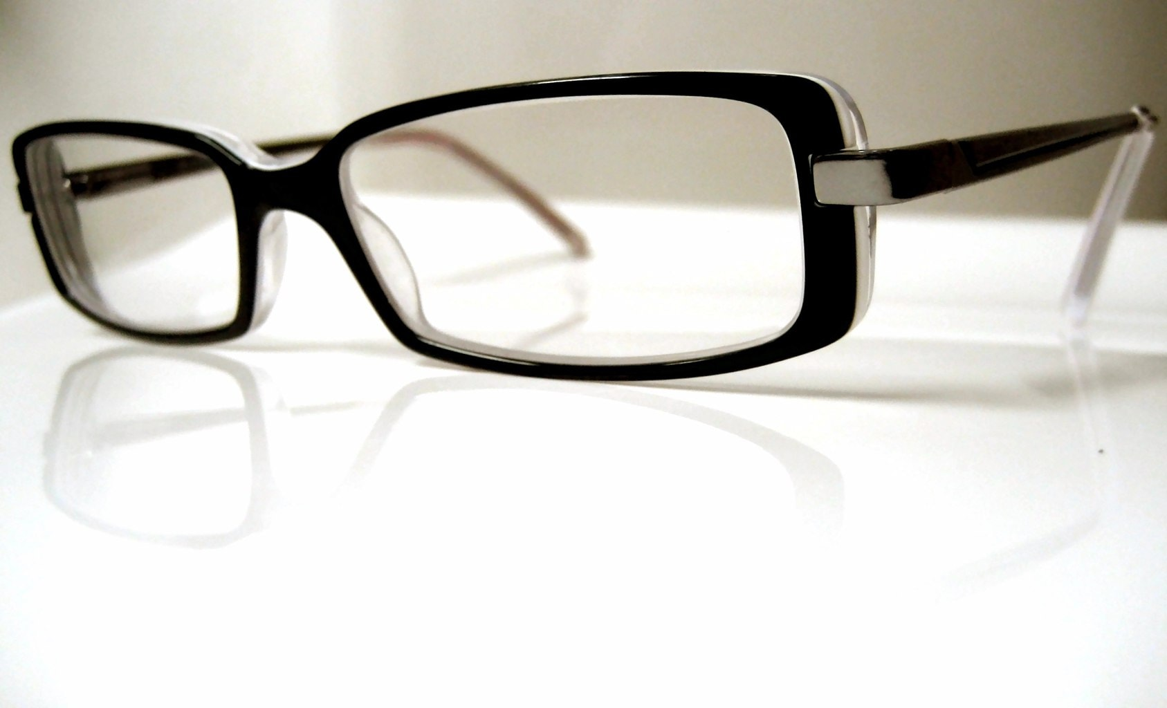 If you are in need of eyeglasses, we found out how to get discounts on eyeglasses at popular online sources and in stores with the lowest prices.